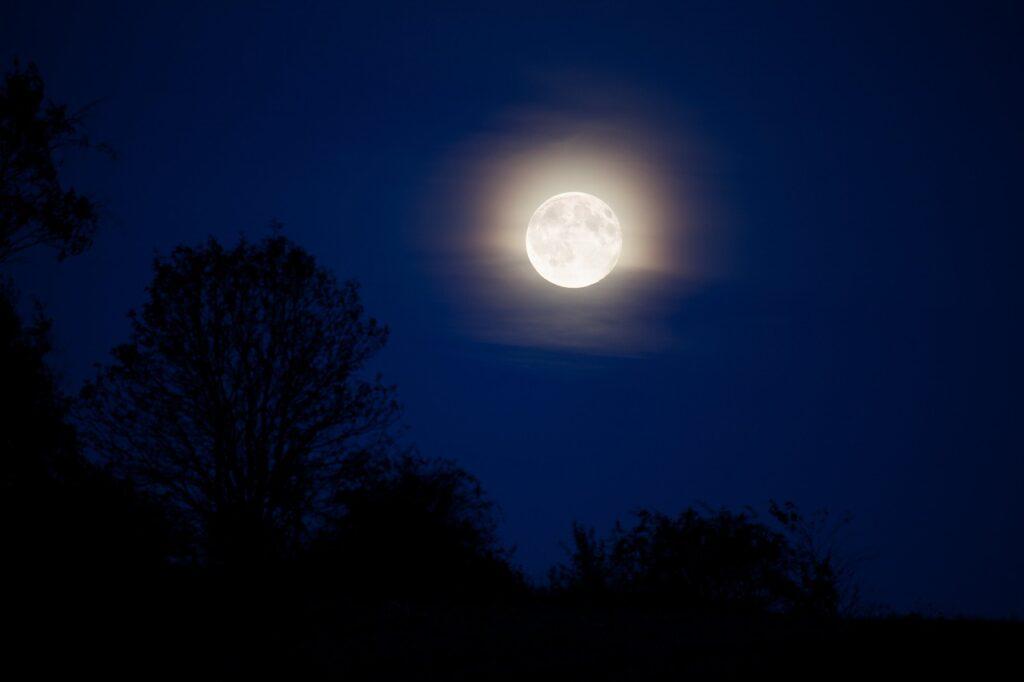 Pleine lune su un ciel dégagé