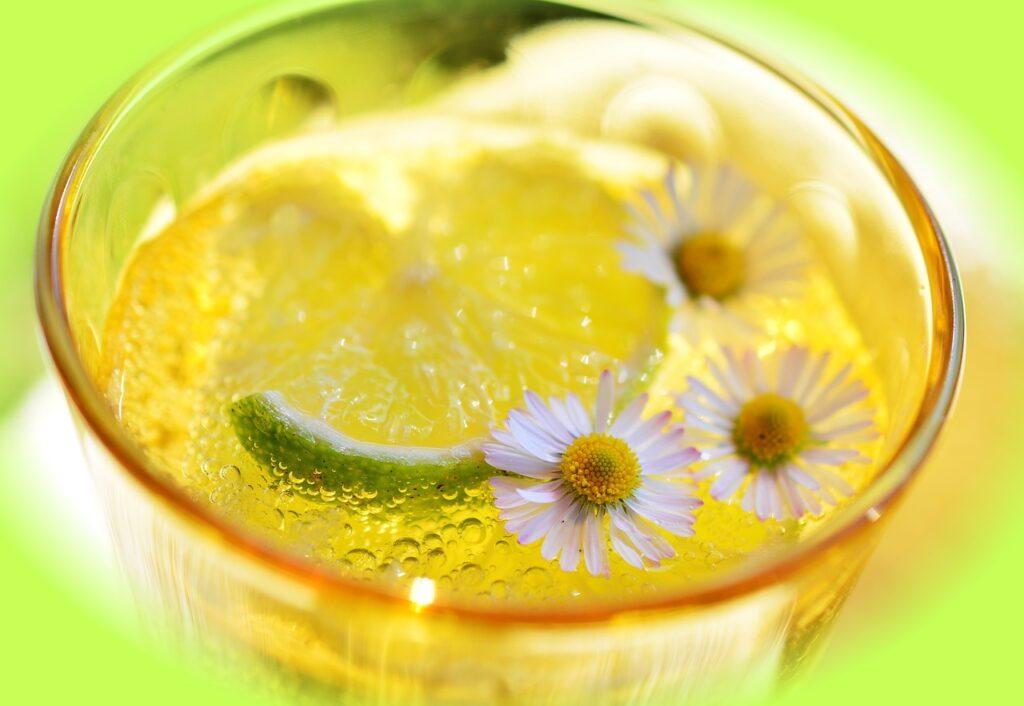 Tisane citronnée avec des fleurs blanches
