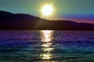 Un lever de soleil rflétant dans le lac