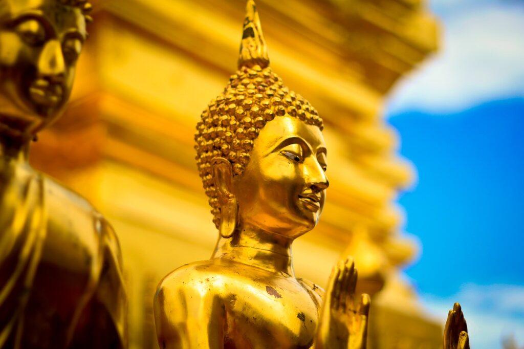 statue moine boudhiste en or