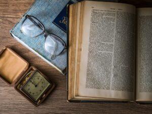 livre, lunettes, cahier