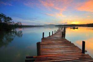 lever de soleil, quai et lac